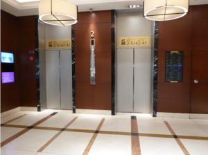 写真⑦ こちらのエレベーターで5階におあがりください。
